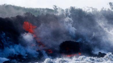 Лава вулкана Килауэа на Гавайях достигла океана